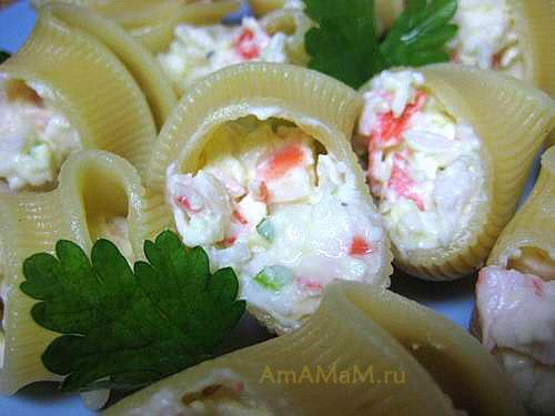 Приготовление лумакони - наполняем чуть недоваренные макароны салатом с крабовым мясом и сырками
