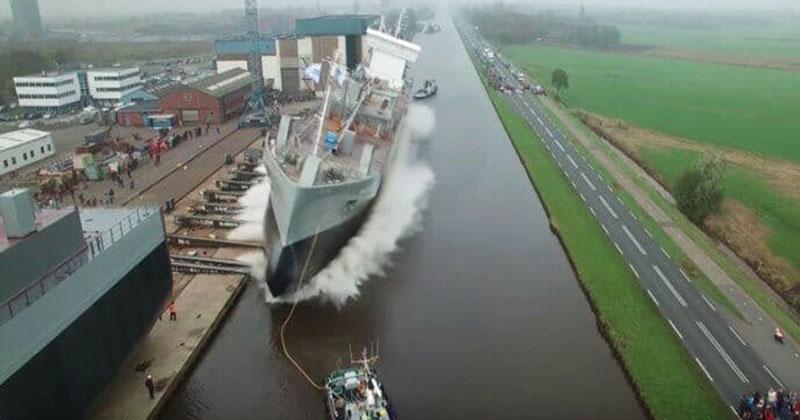 А вы когда-нибудь видели, как спускают на воду огромный корабль? Это потрясающее зрелище!