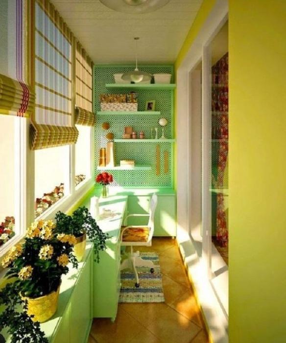 Оформление такого балкона в ярких и красочных тонах удивит, любого гостя и всегда будет радовать ваш глаз.