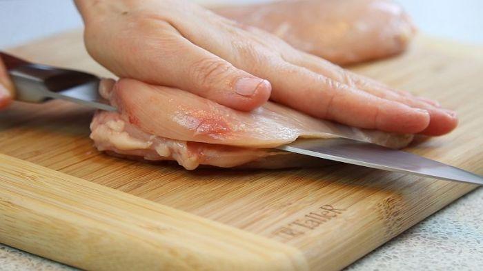 Нарезаем тонко филе.  Фото: kyxarka.ru.