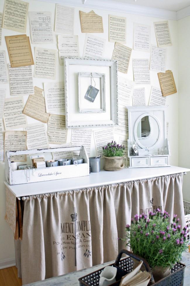 Оригинальное решение декора стены листами из нотной тетради