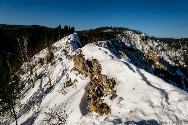 Вершина довольно узкая. Вообще есть ощущение, что Козыреевский зуб - это Китайская стенка, увеличенная в несколько раз. Красноярский край, высота, гора, красноярск, пейзаж, пещера, природа, фото