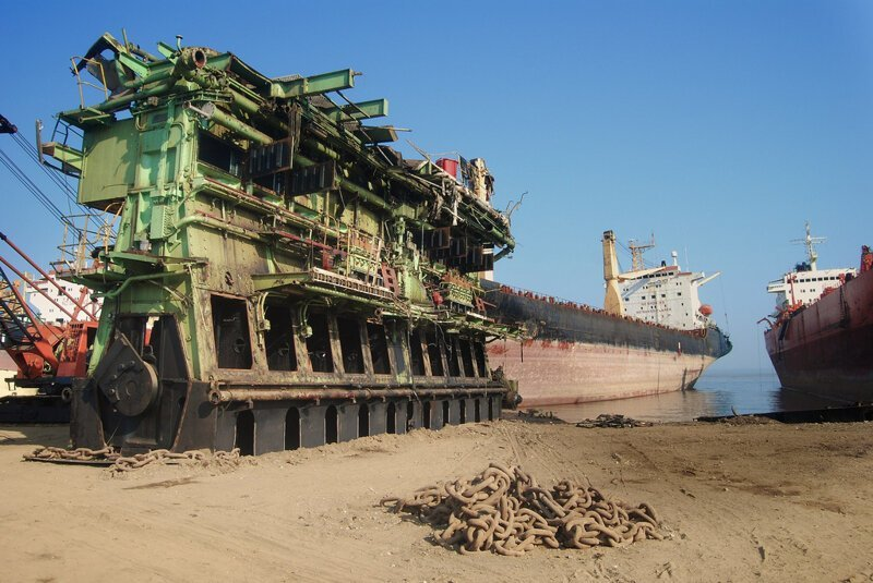 Крупнейшая в мире площадка по разделу списанных на слом судов - Аланг, находится в 50-ти км от Бхавнагара, Индия Аланг, деньги, интересное, корабли, распил, суда, факты, флот