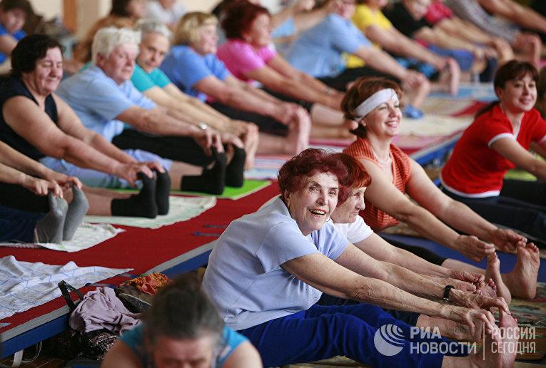 Люди пожилого возраÑта занимаютÑÑ Ñ…Ð°Ñ'ха-йогой в академии здорового образа жизни в Ставрополе