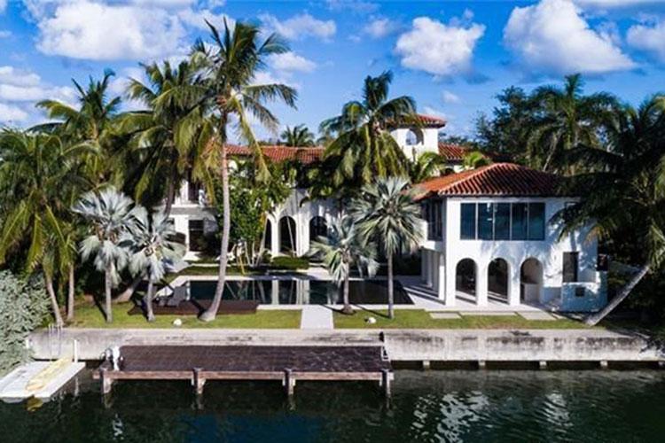 В гостях у Карли Клосс и Джошуа Кушнера: экскурсия по новой вилле пары в Майами Стиль жизни,Дома звезд