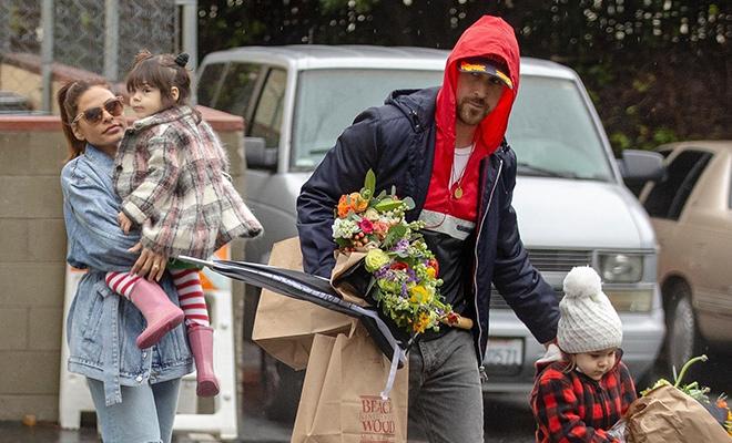 Семейный выход: Ева Мендес и Райан Гослинг с дочерьми сходили за цветами