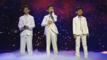 Трое мальчиков в белых костю…