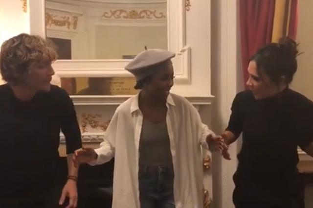Театр, текила и танцы: Виктория Бекхэм повеселилась в компании Дерека Бласберга и родителей новости