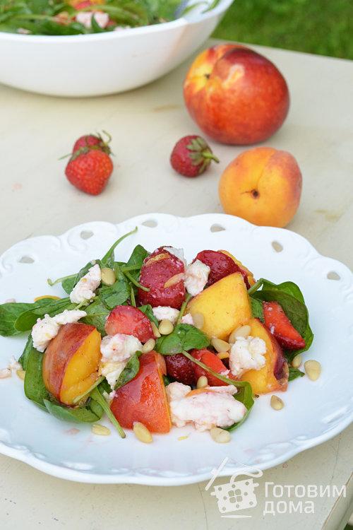 Клубничный салат с персиками-гриль и моцареллой