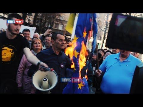 В Сербии сожгли флаги ЕС и НАТО в годовщину бомбардировок