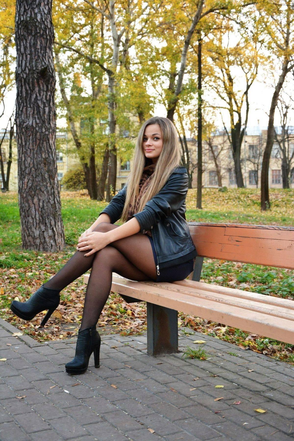 Красивая девушка на улице в чулках имитатор
