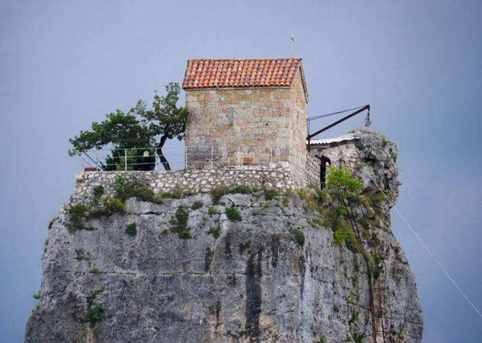 Церковь на неприступной скале.