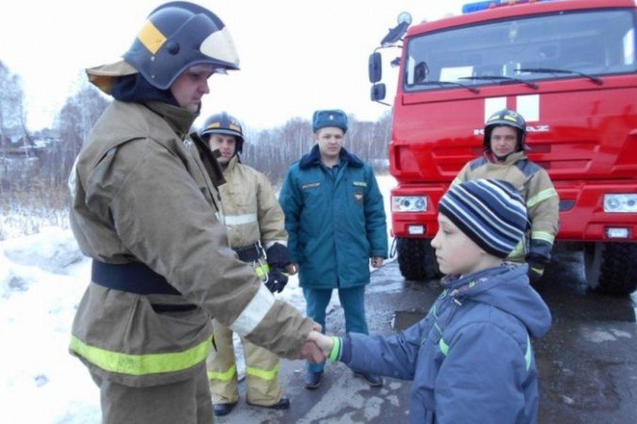 Ребенок 10-ти лет спас сестру и братьев от пожара в доме, после чего, принялся сам его тушить!!! Он ответил: «Конечно, я испугался»