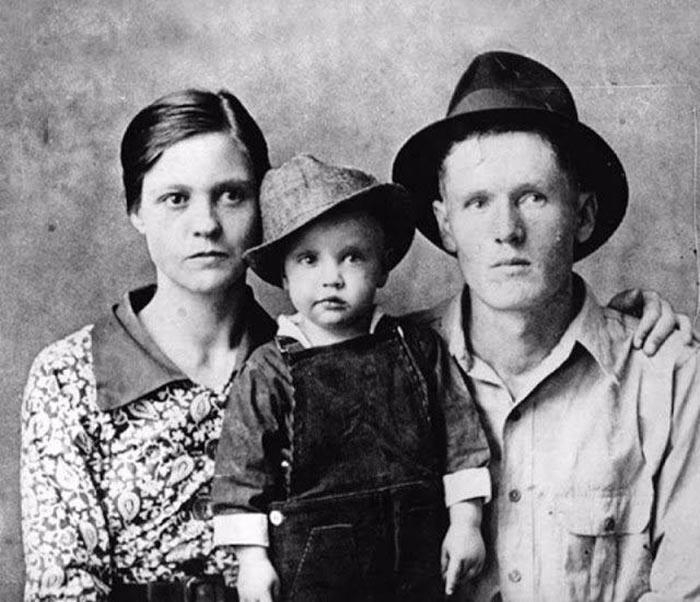 Юный Элвис со своими родителями.