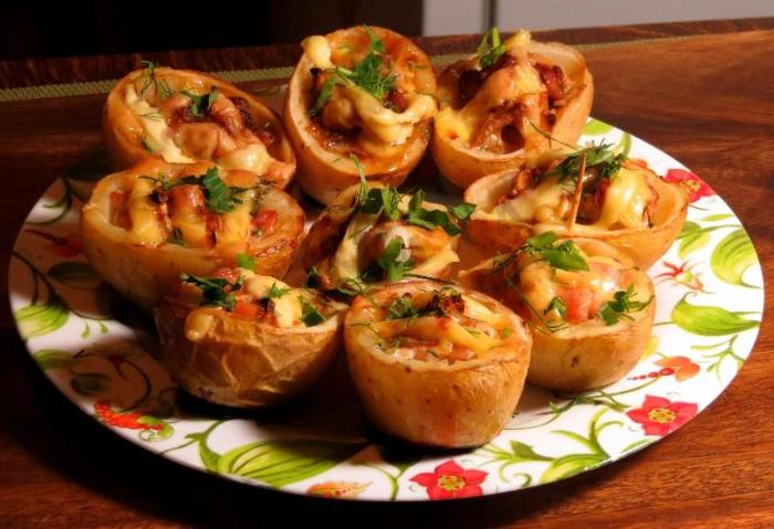 Аппетитный фаршированный мясом картофель. \ Фото: 1000.menu.