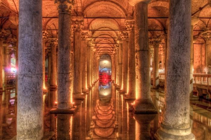 В длину Цистерна Базилика достигает 140 м. и расположена на глубине 10-12 м.   Фото: weekendblitz.com.