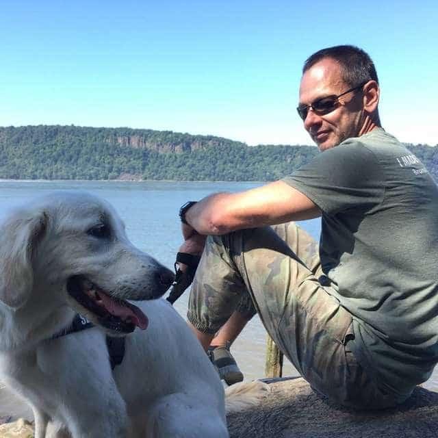 В ледяном озере тонули двое псов, а на берегу плакала их хозяйка... собаки