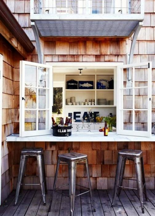 Веранда с окном-барной стойкой. | Фото: Построй сам.