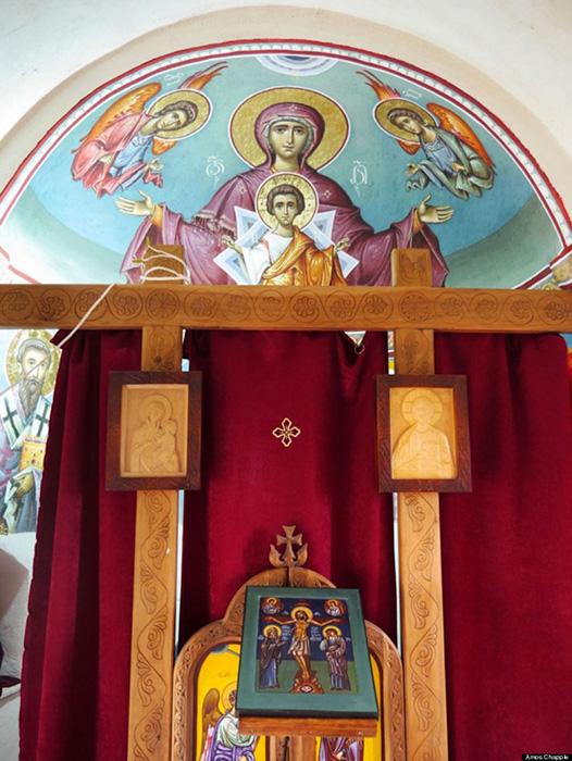 Церковь на вершине столпа построили на пожертвования.