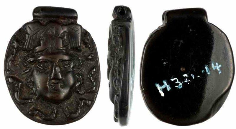 Фотография камеи из гагата. Голова Горгоны Медузы. Найдена в Англии, датировка I-IV нашей эры. археология, загадки, история, расследование