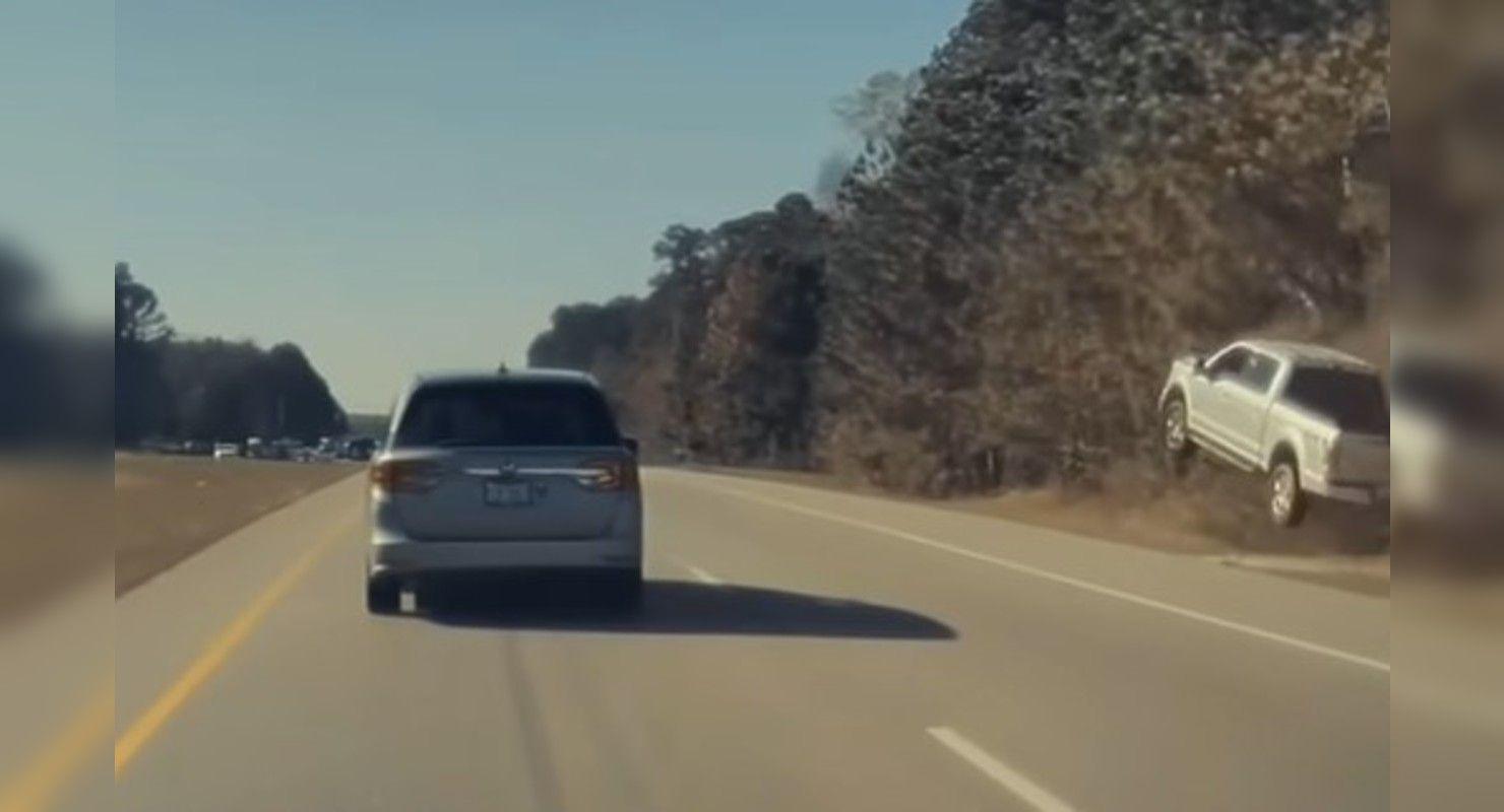 Бортовая камера Tesla засняла эффектный прыжок пикапа Ford Автомобили