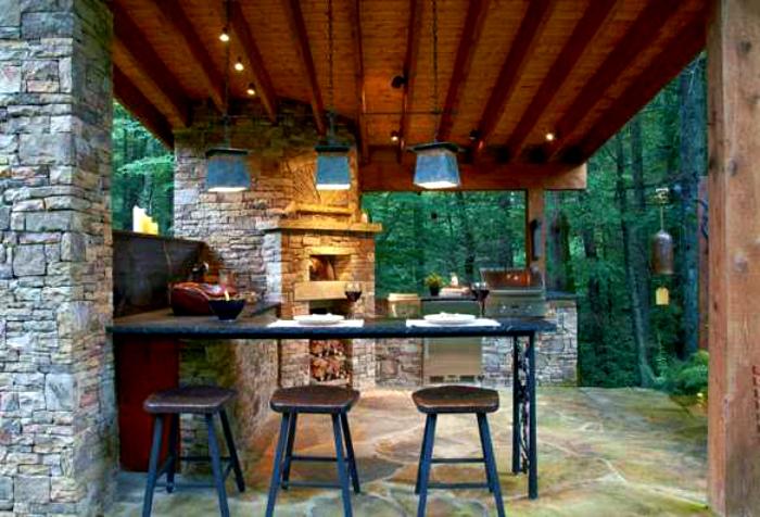 Большая каменная кухня с барной стойкой. | Фото: PistonCars.com.