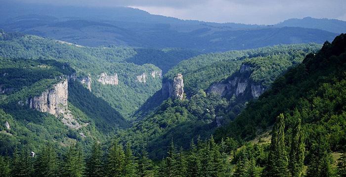 26 лет в одиночества на вершине скалы: Как живётся грузинскому монаху на высоте 40 метров