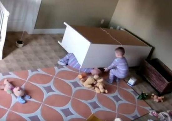 Героический малыш спас близнеца под опрокинувшимся комодом
