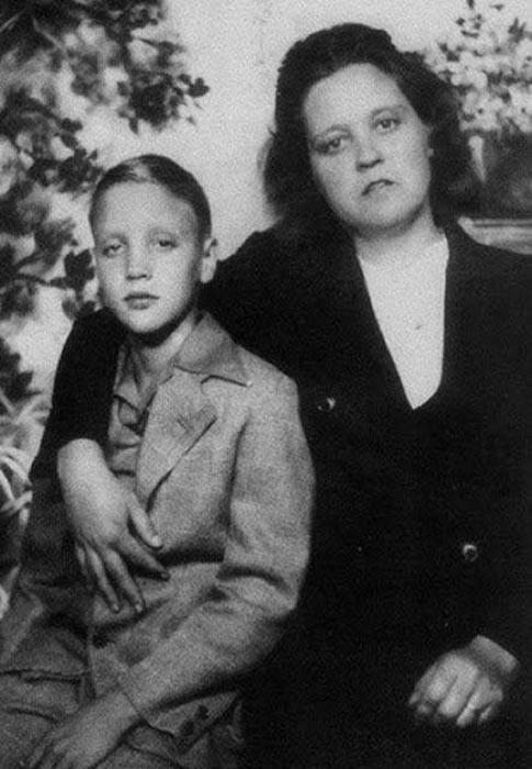 Элвис Пресли с матерью.