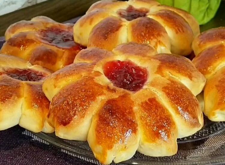 Вкуснейшие дрожжевые булочки с клубничным джемом