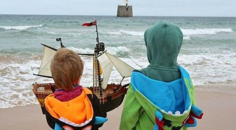 Игрушечный кораблик из Шотландии почти переплыл Атлантический океан, но у него садится батарейка