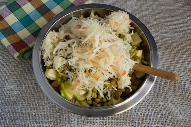 Замачиваем квашеную капусту, отжимаем и добавляем к остальным овощам