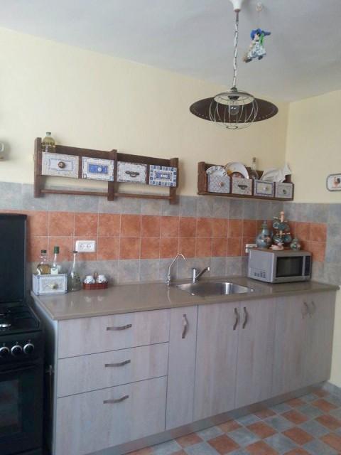 Кухонные полочки из палет или строительных поддонов с мозаикой из битой посуды интерьер,мебель,полка своими руками,рукоделие,своими руками,сделай сам