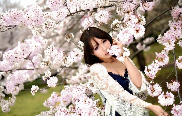 Весна в цвету! Прекрасна и нежна девушка весной, как цветущая сакура