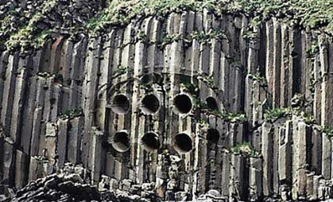 Скала в Китае осыпалась и обнажила железные трубы: анализ показал, что находке больше миллиона лет Культура