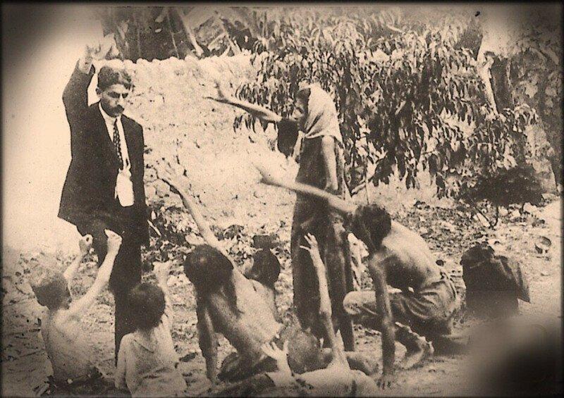Турецкий чиновник, дразнящий хлебом умирающих от голода армянских детей. Геноцид Армян 1915 года. история, ретро, фото