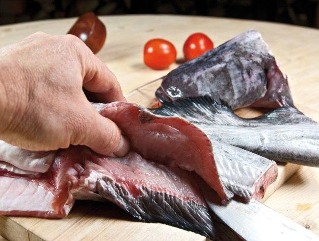 отбор частей рыбы для бульона рыбной шурпы с поджаркой