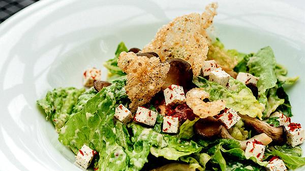 Постный «Цезарь» с вешенками: рецепт от шеф-повара Антона Клетарова