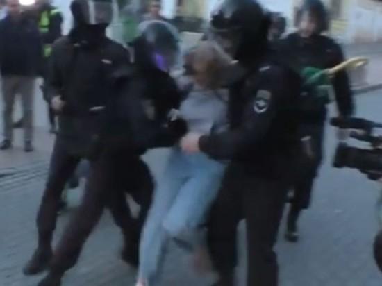 #самавиновата: МВД объяснило, зачем полицейский ударил женщину в живот на митинге