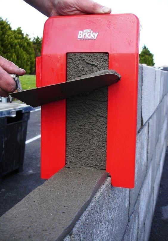 6. Инструмент для склеивания блоков очень убыстряет процесс кирпичной кладки мастер на все руки, политика, строители, строительные хитрости, улловки, фото, хитрости