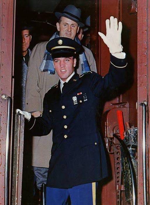 На вокзале кумира встречала армия его поклонников.
