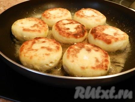 Когда сырники с яблоком обжарятся, уменьшить огонь, накрыть крышкой и готовить еще 5-7 минут.