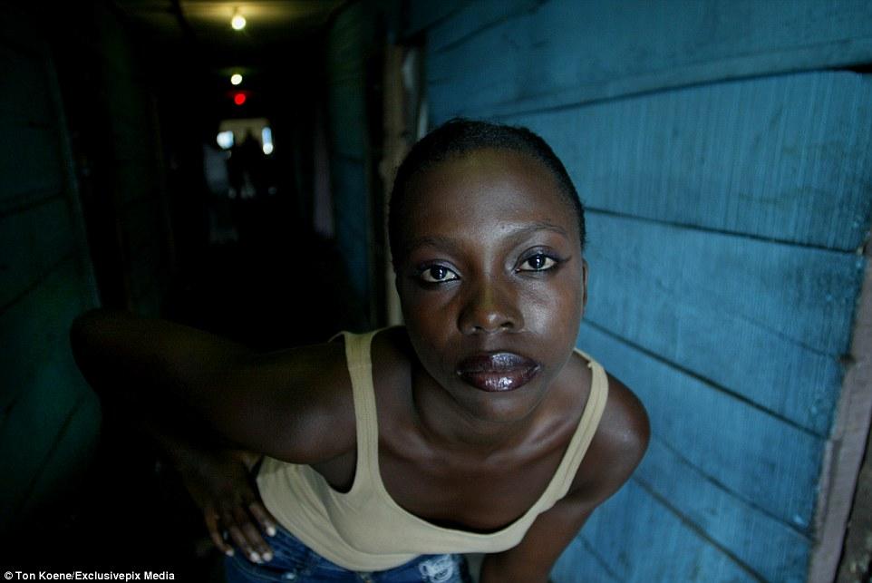 seks-video-nigeriya-foto-krupnim-planom-ruka-po-lokot-v-zhope