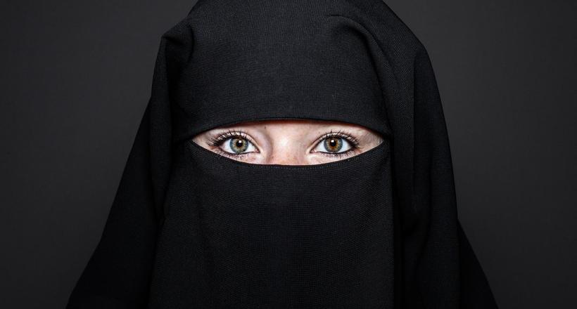 Как проходят границу исламские женщины, которым запрещено показывать свое лицо