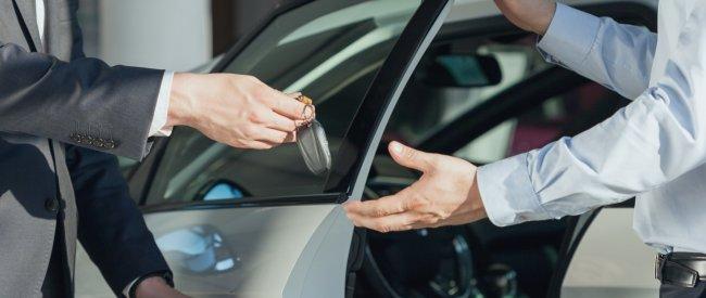 Бесплатно не будет: как дилеры обманывают при покупке нового автомобиля