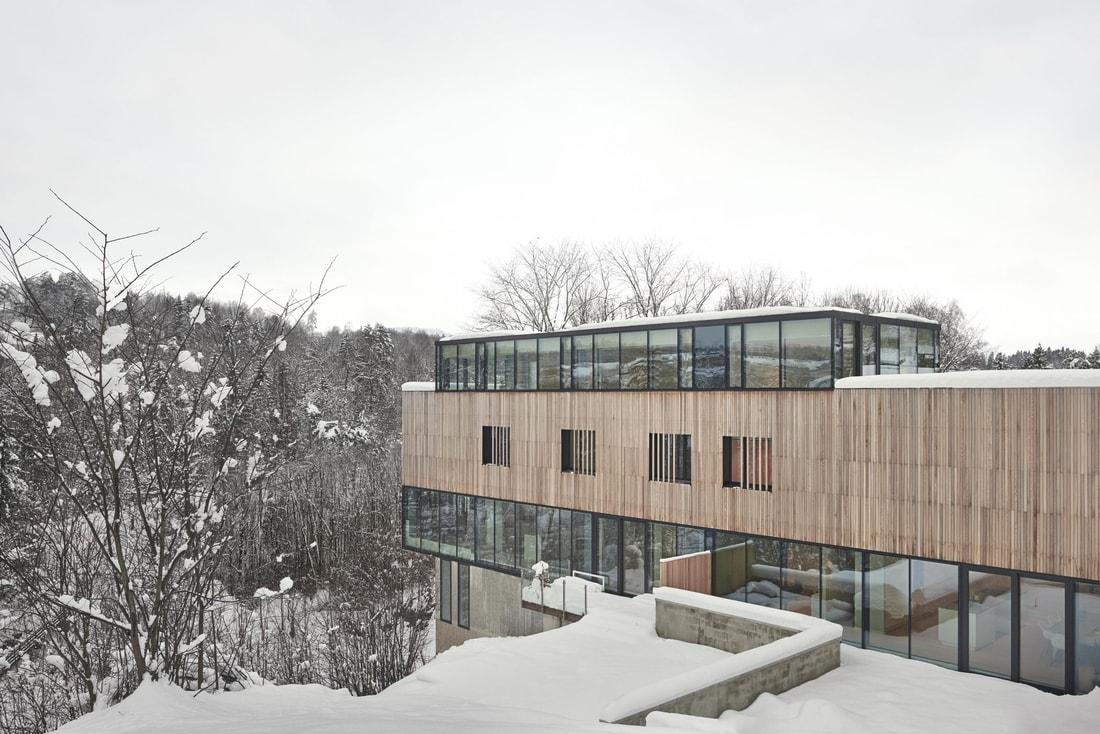 На горном склоне в Норвегии построили оригинальный дом на две семьи