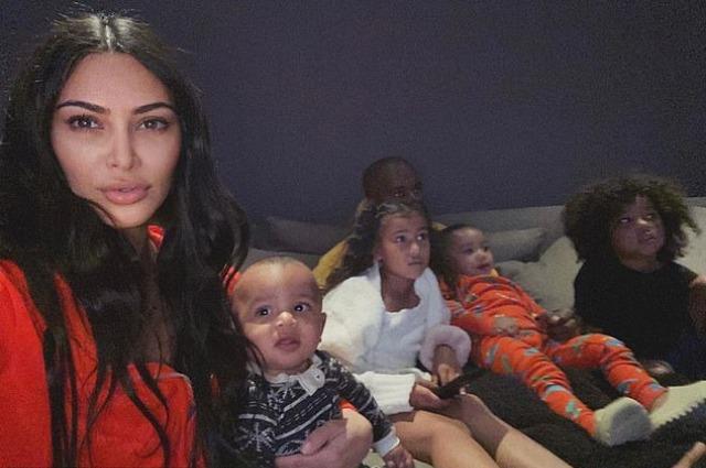 Маме нужен отдых: Канье Уэст уехал вместе с четырьмя детьми в другой штат, чтобы Ким Кардашьян смогла побыть одна Звездные дети