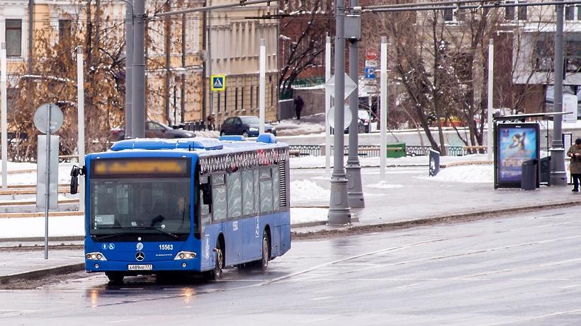 Работа нескольких маршрутов автобусов и трамваев изменилась в Москве