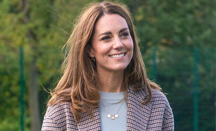 """Ретро-пальто и """"детское"""" колье: Кейт Миддлтон посетила Университет Дерби Монархи,Британские монархи"""