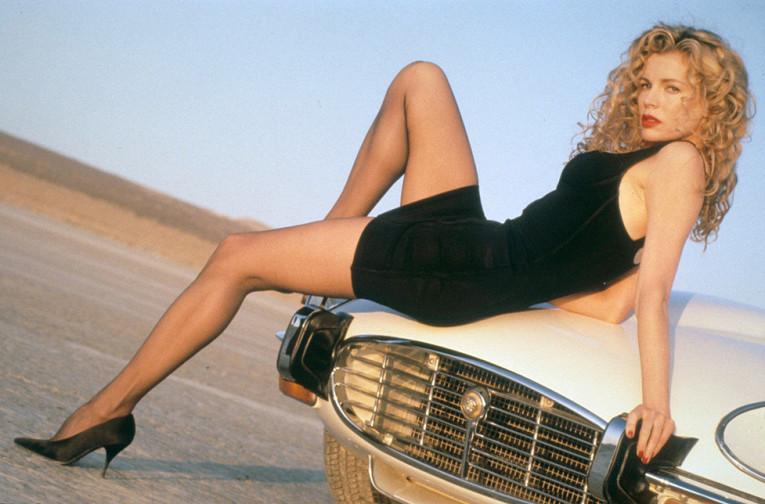 """Ким Бейсингер. Актриса в 90-е уже имела большую популярность и славу. Многие мужчины мечтали похитить сердце звезды после вышедшего в 1986 году культового фильма """"9 ½ недель"""". Вышедшие в 90-е """"Секреты Лос-Анджелеса"""", """"Настоящая Маккой"""" и другие картины лишь добавили успеха."""